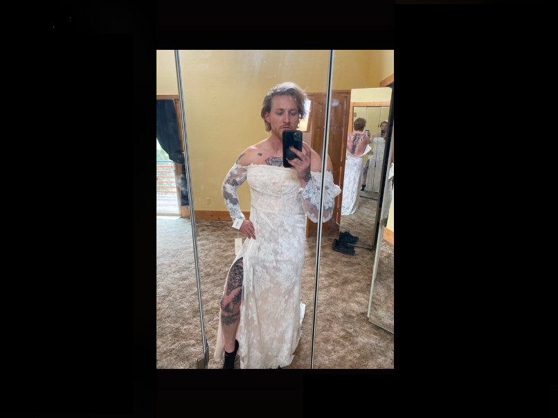 Попросила брата застегнуть молнию на платье